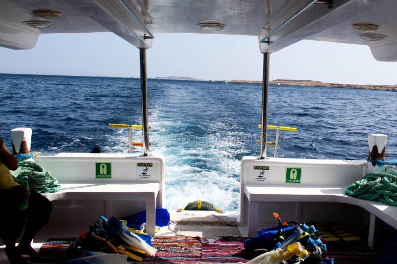 La parte posteriore della barca immergentesi fotografie stock