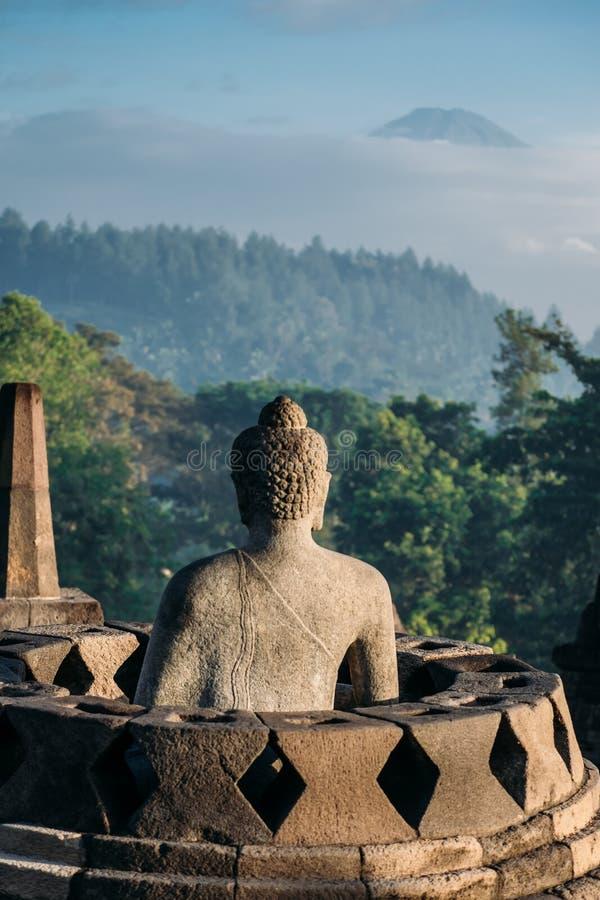 La parte posteriore della statua di pietra di Buddha dentro una pagoda immagini stock libere da diritti