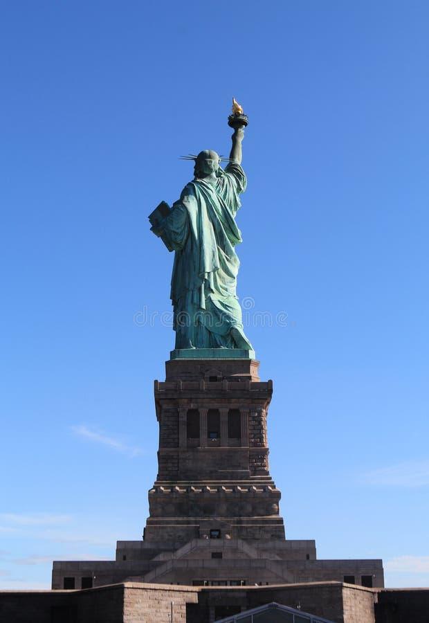 La parte posteriore della statua della libertà in NYC immagini stock libere da diritti