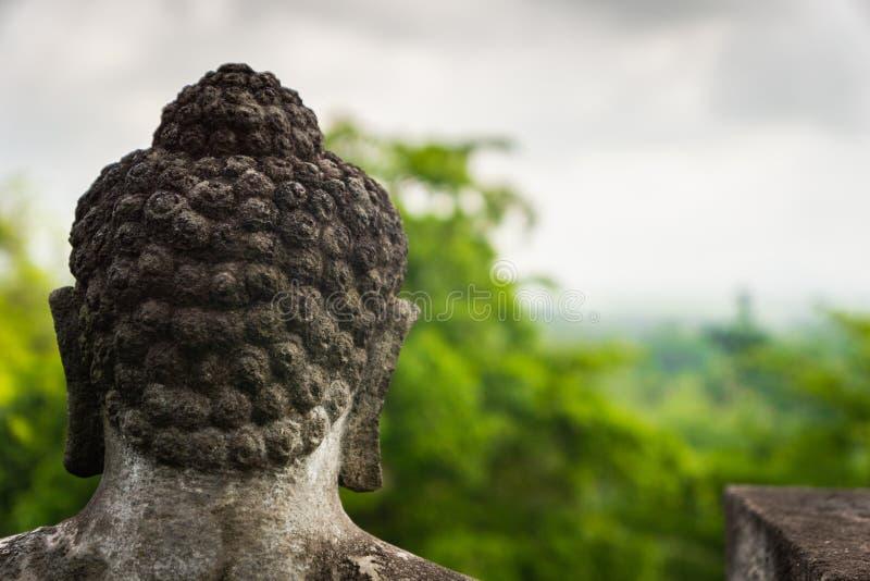 La parte posteriore della testa di una statua di Buddha fotografia stock