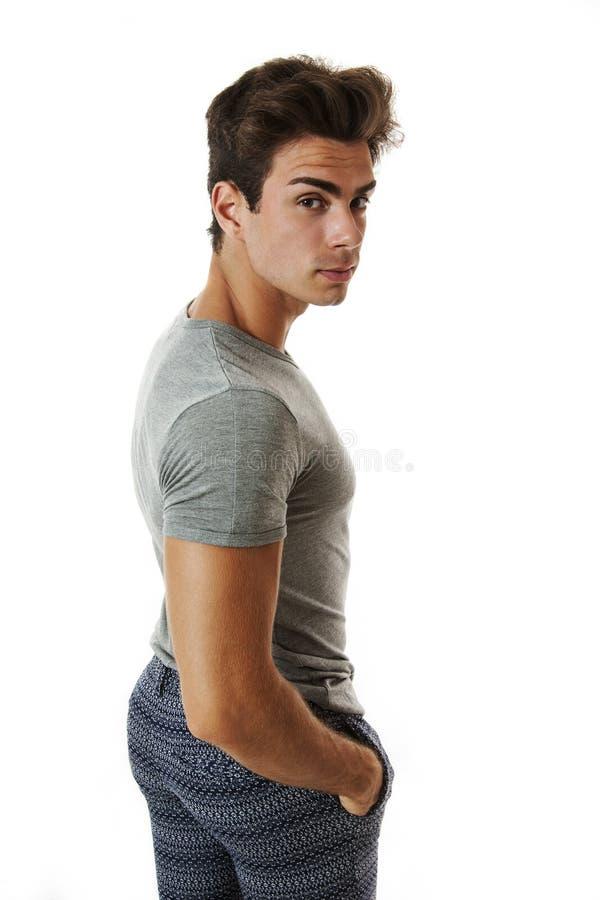 La parte posteriore/lato dell'uomo guarda sospettoso scrutanti sul bianco fotografia stock
