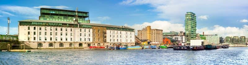 La parte restaurada de Dublin Docklands o de silicio atraca en un brigh imagen de archivo libre de regalías