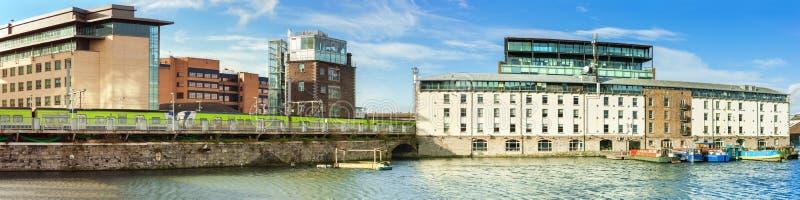 La parte restaurada de Dublin Docklands o de silicio atraca, panorama foto de archivo