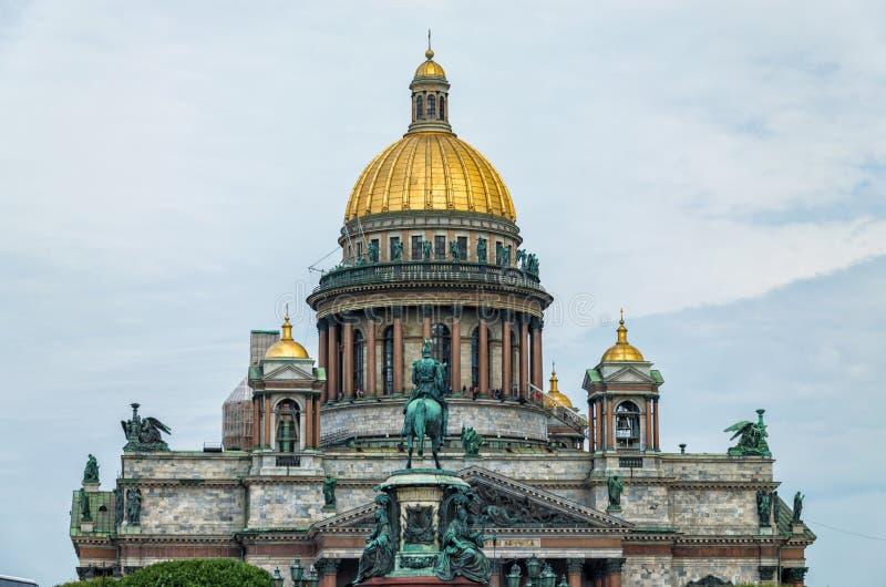 La parte superior de la catedral del St Isaac y el monumento a Nicolás I fotografía de archivo