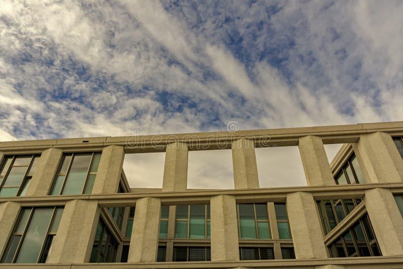 La parte superior de un edificio moderno debajo de un cielo nublado del verano foto de archivo libre de regalías