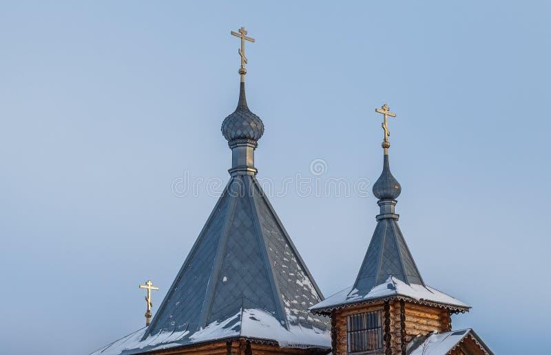 La parte superiore di chiesa ortodossa di legno, giorno di inverno fotografia stock