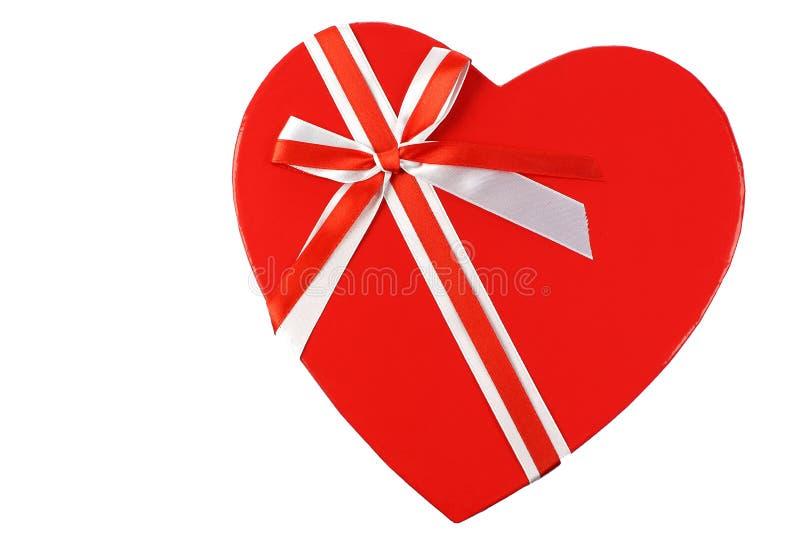 La parte superiore di un cuore ha modellato il contenitore di regalo con un nastro fotografia stock