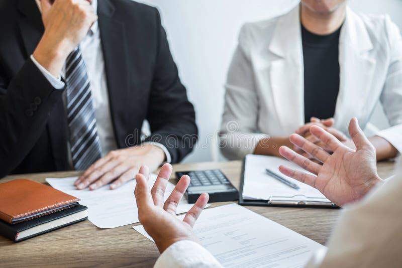 La participation d'employeur ou de recruteur lisant un résumé avec parler pendant environ son profil du candidat, employeur dans  photos libres de droits
