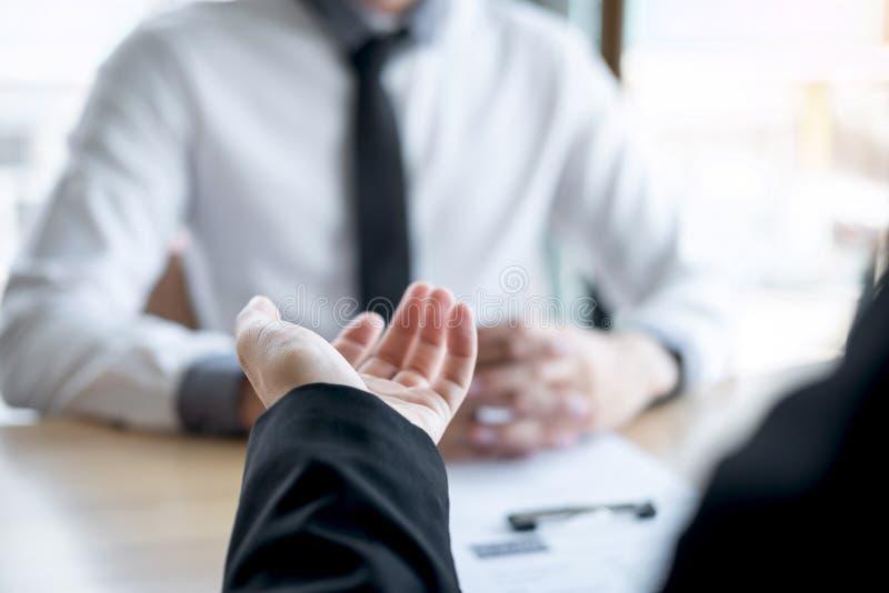 La participation d'employeur ou de recruteur lisant un r?sum? pendant environ l'entretien son profil du candidat, employeur dans  photographie stock