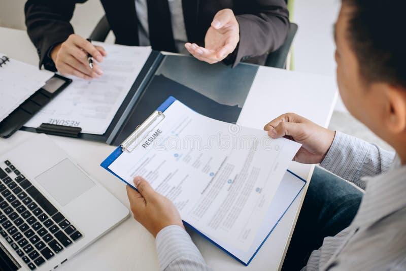 La participation d'employeur ou de recruteur lisant un r?sum? pendant environ l'entretien son profil du candidat, employeur dans  photos stock