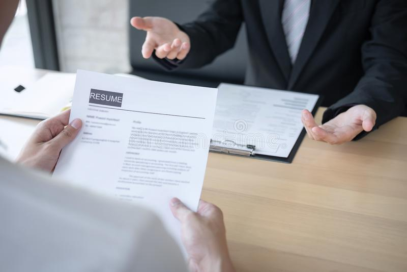 La participation d'employeur ou de recruteur lisant un r?sum? pendant environ l'entretien son profil du candidat, employeur dans  photographie stock libre de droits