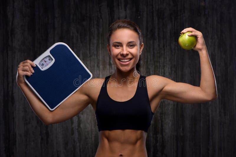 La participation sportive de sourire de femme de métis pèse et photos libres de droits