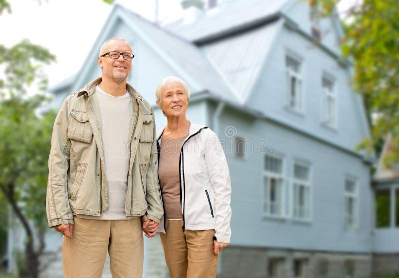 La participation supérieure heureuse de couples remet la maison photographie stock libre de droits