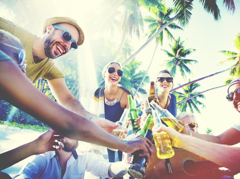 La partie de plage d'été d'amis encourage le concept photos stock