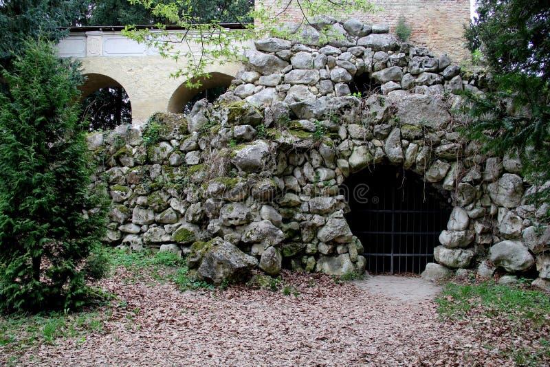 La partie de vieux conctruction dans le château Lednice photos stock