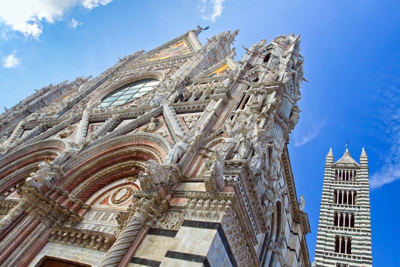 La partie supérieure de l'église avec la tour à Sienne images libres de droits