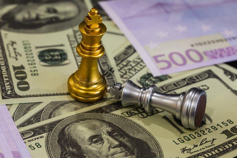 La partita di scacchi sulla scacchiera dietro le quinte dell'uomo d'affari Concetto aziendale per la presentazione di informazion fotografie stock libere da diritti