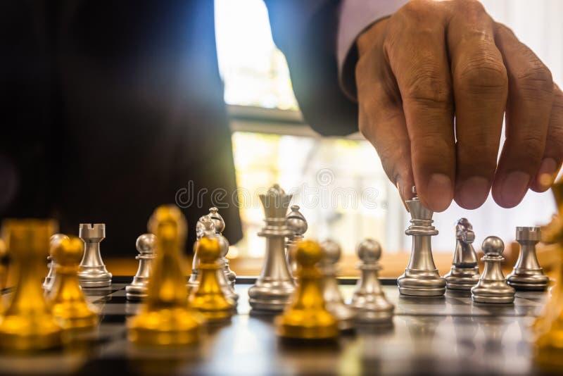 La partita di scacchi sulla scacchiera dietro le quinte dell'uomo d'affari Concetto aziendale per la presentazione di informazion fotografia stock libera da diritti