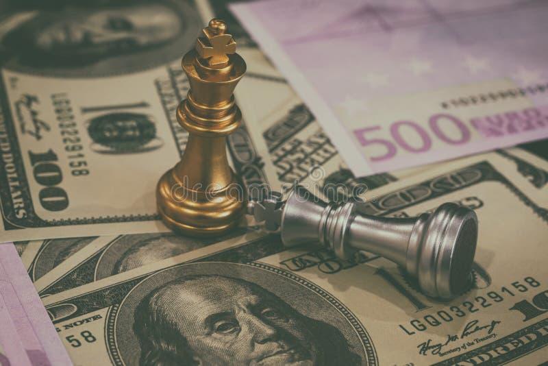 La partita di scacchi sulla scacchiera dietro le quinte dell'uomo d'affari Concetto aziendale per la presentazione di informazion immagini stock