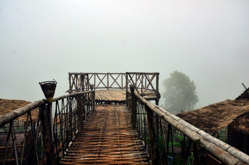 La pasarela de bambú al balcón es un mirador panorámico de 360 ° en Doi Sa Ngo, Chiang Rai , Tailandia fotos de archivo