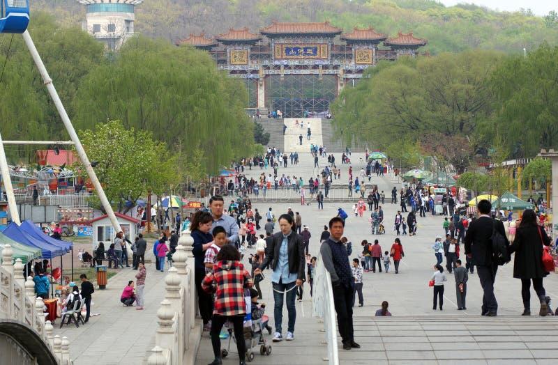 La passeggiata cinese e divertiresi in primavera nel parco 219 Provincia di Anshan, Liaoning, Cina 20 aprile 2014 immagine stock libera da diritti
