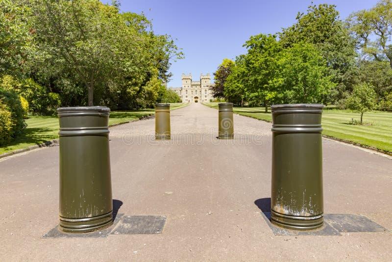 La passeggiata lunga in Front Of Windsor Castle immagini stock