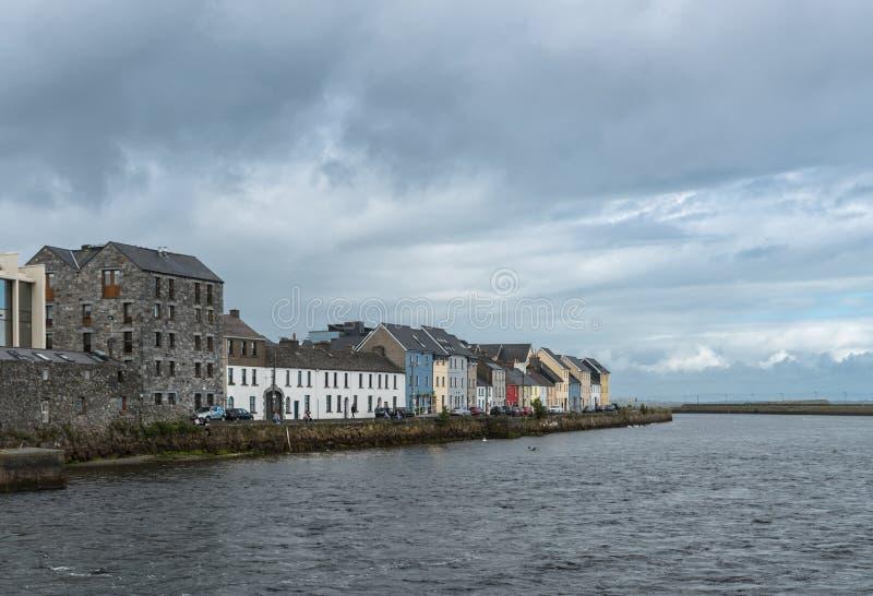 La passeggiata lunga Quay sotto le nuvole pesanti, Galway Irlanda fotografia stock libera da diritti