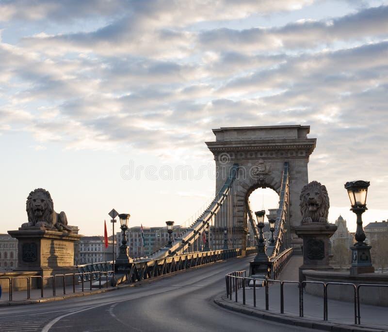 La passerelle à chaînes de Budapest à l'aube. photos stock