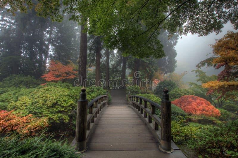 La passerelle dans le jardin japonais photo stock
