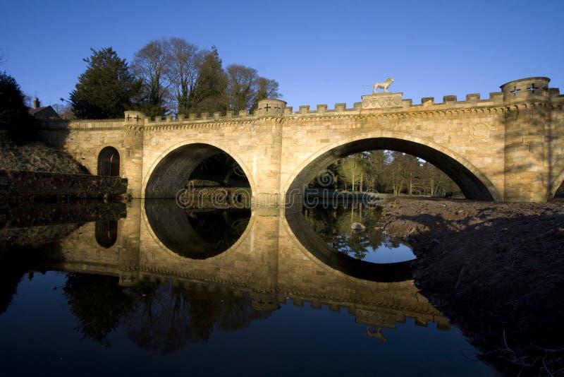 La passerelle de lion au-dessus du fleuve Aln images libres de droits