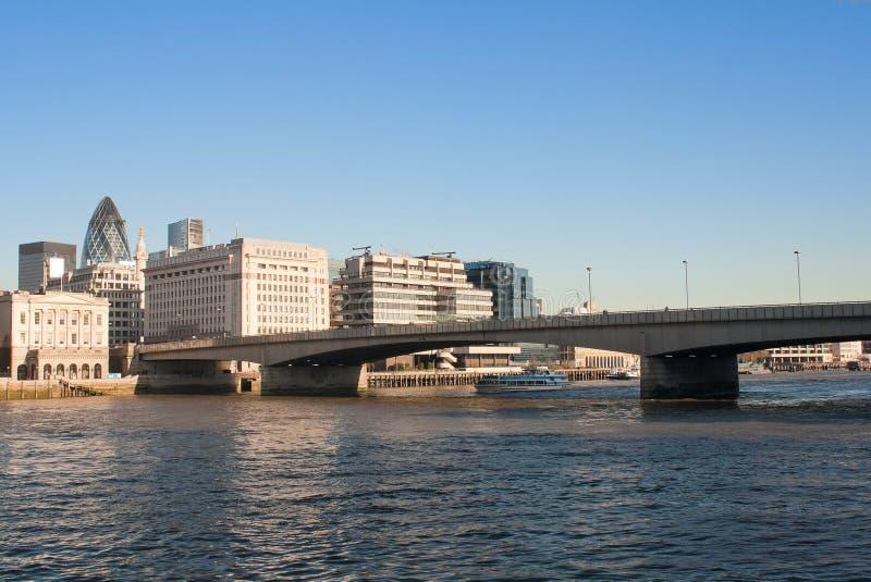 La passerelle de Londres avec la ville dans le backgrou photographie stock