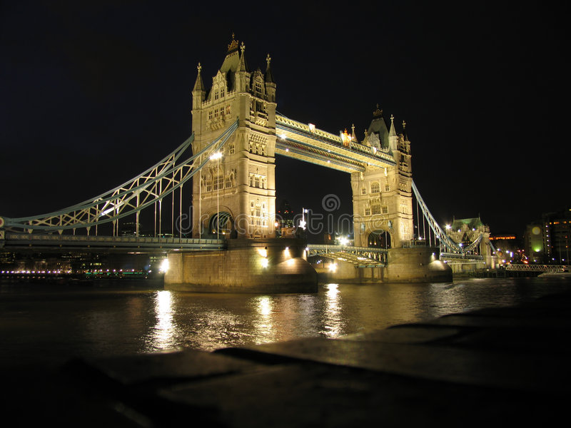 La passerelle de tour à Londres, nuit images libres de droits