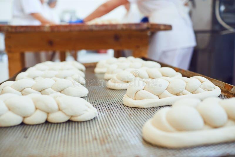 La pasta cocida cruda miente en la tabla antes de cocer en la panader?a imagen de archivo libre de regalías