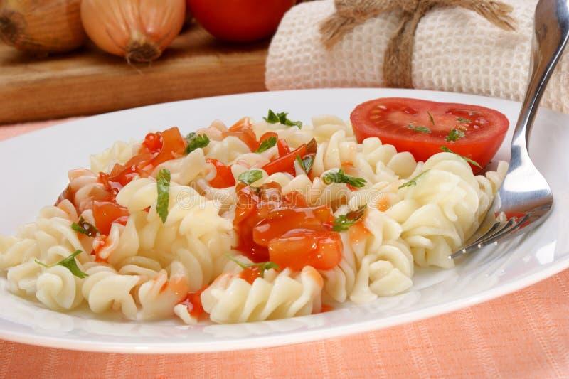 La pasta con il pomodoro, sauce agrodolce fotografia stock