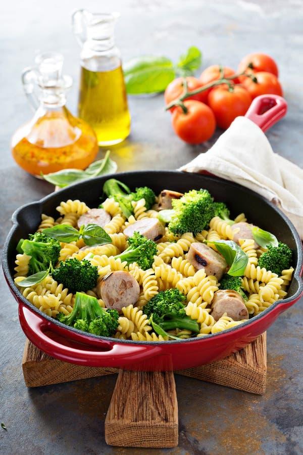 La pasta cuoce con la salsiccia ed i broccoli fotografia stock libera da diritti