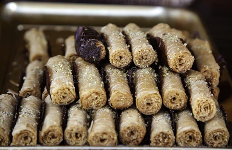 La pasta de hojaldre rueda el chocolate imagenes de archivo