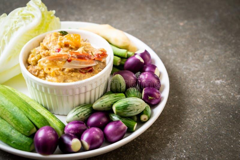 La pasta del peperoncino rosso è latente con il granchio o la immersione della soia e del granchio con latte di cocco e le verdur immagini stock libere da diritti