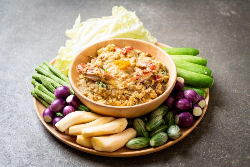 La pasta del peperoncino rosso è latente con il granchio o la immersione della soia e del granchio con latte di cocco e le verdur fotografia stock