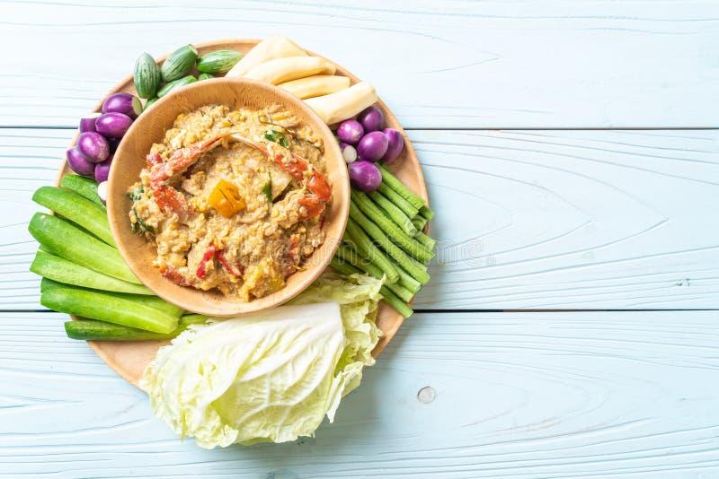 La pasta del peperoncino rosso è latente con il granchio o la immersione della soia e del granchio con latte di cocco e le verdur immagini stock