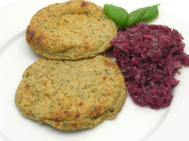 La pasta piana rotonda della patata agglutina con cavolo rosso fotografia stock