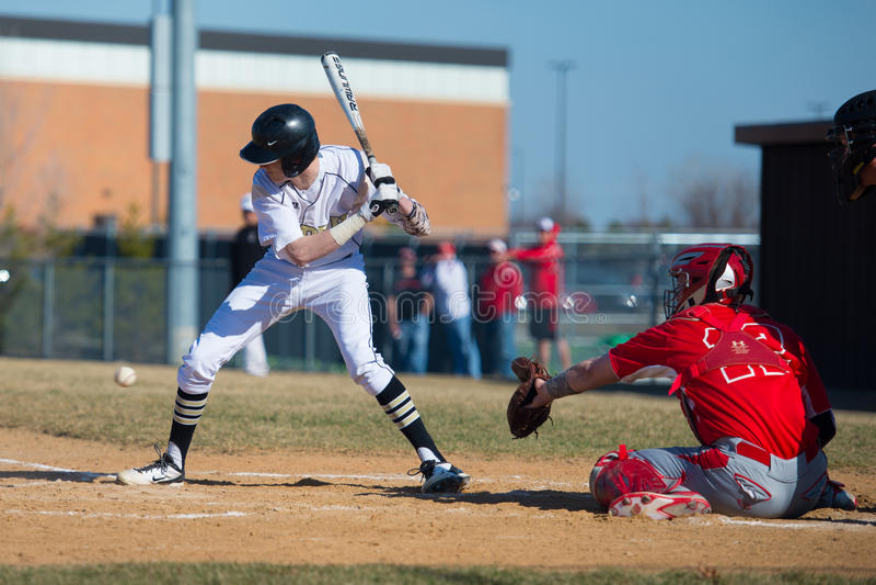 La pastella di baseball della High School prende un passo alle ginocchia fotografia stock