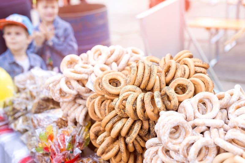 La pasticceria tradizionale ha asciugato i bagel con lo zucchero in polvere al mercato o alla fiera Forno dolce del homemeade immagine stock libera da diritti