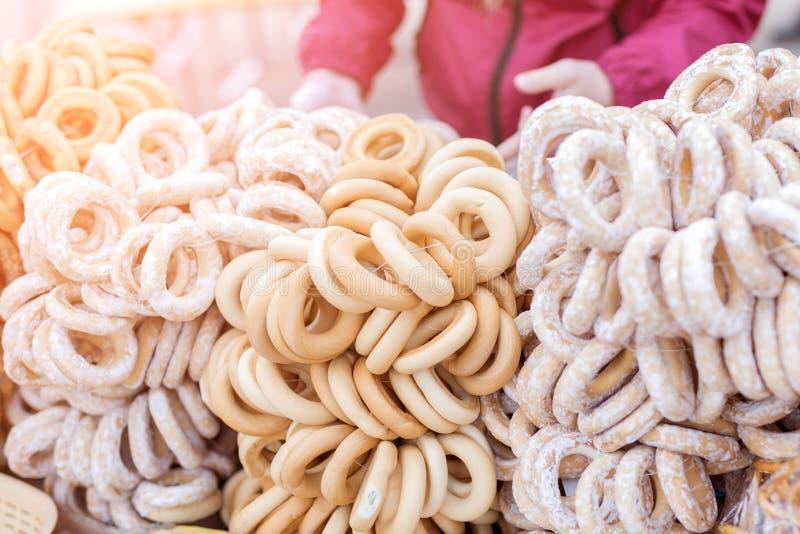 La pasticceria tradizionale ha asciugato i bagel con lo zucchero in polvere al mercato o alla fiera Forno dolce del homemeade immagini stock libere da diritti