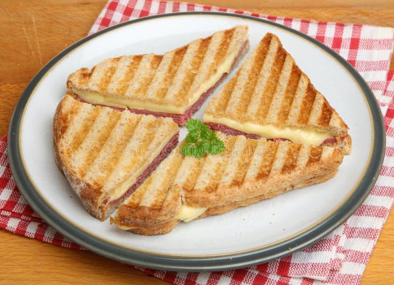 La pastrami et le fromage ont grillé le sandwich images libres de droits