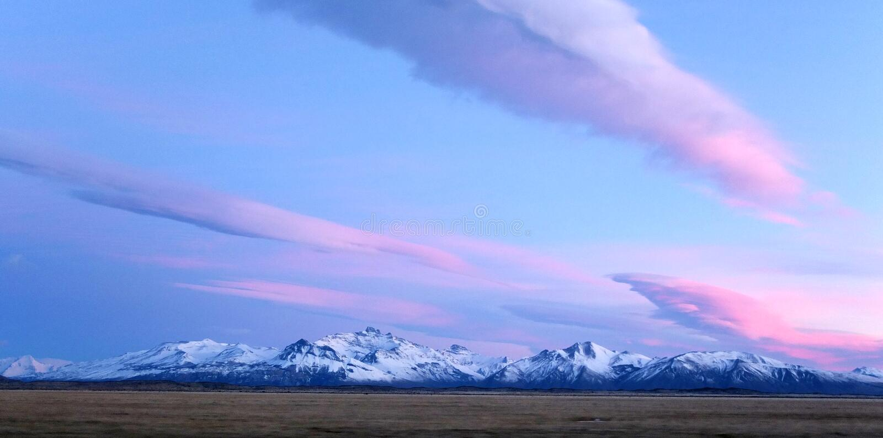 La Patagonia es una región escaso poblada situada en el extremo meridional de Suramérica, compartido por la Argentina y Chile fotos de archivo