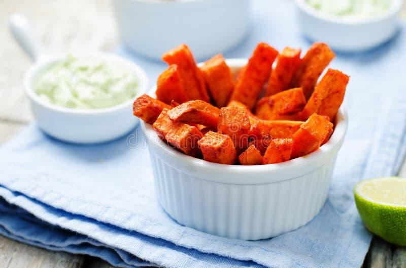La patata dolce al forno frigge con il coriandolo greco della calce del yogurt dell'avocado fotografie stock libere da diritti
