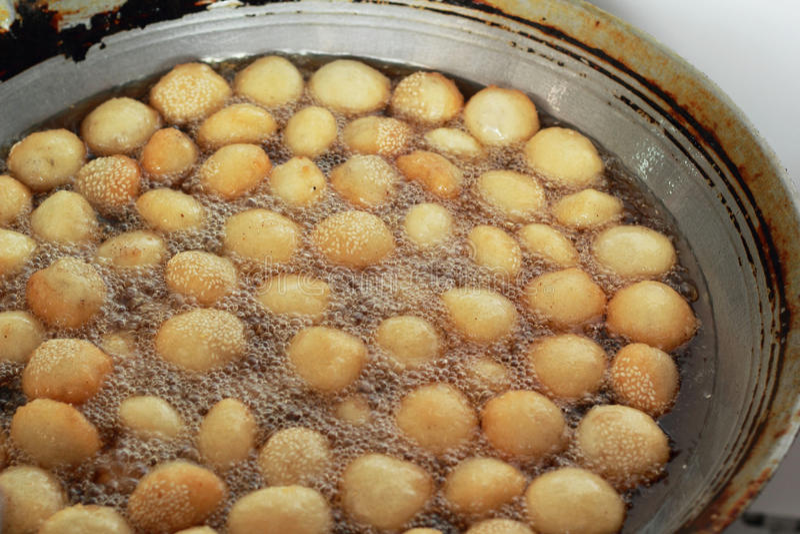 La patata dulce fríe el estilo de Asia en la cacerola imagenes de archivo