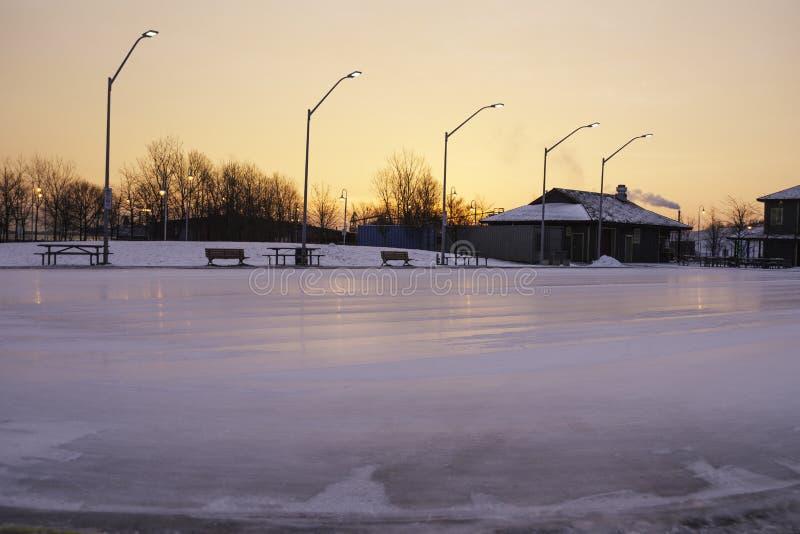La patinoire extérieure fraîchement nettoyée et préparent pour le ska de début de la matinée photos libres de droits