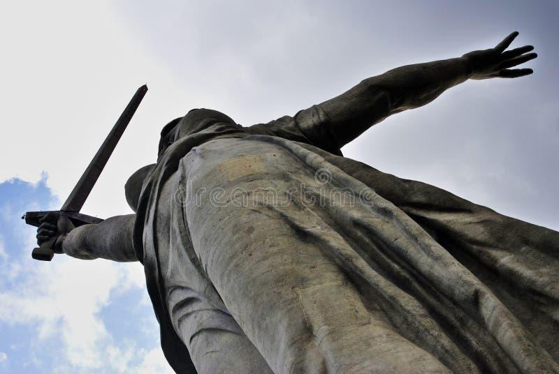La patria llama la estatua en la colina de Mamayev en Stalingrad, Rusia imagen de archivo libre de regalías