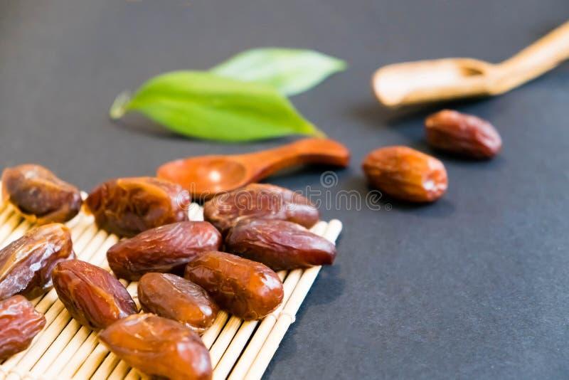 La paume de datte sèche de bonbon à plan rapproché porte des fruits ou kurma, nourriture ramazan de Ramadan Lumière normale Foyer photos stock